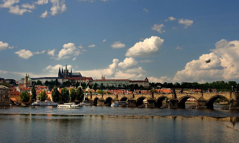 800px-Prague_Castle_from_Vltava_bank