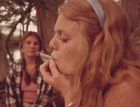 800px-ONE_GIRL_SMOKES_POT_WHILE_HER_FRIEND_WATCHES_DURING_AN_OUTING_IN_CEDAR_WOODS_NEAR_LEAKEY,_TEXAS._(TAKEN_WITH..._-_NARA_-_554906