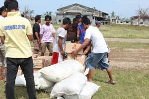Victims_of_Super_Typhoon_Megi_receive_humanitarian_aid_supplies_in_Divilacan,_Isabela_province,_Philippines,_Oct_22,_2010_101022-M-NR225-175