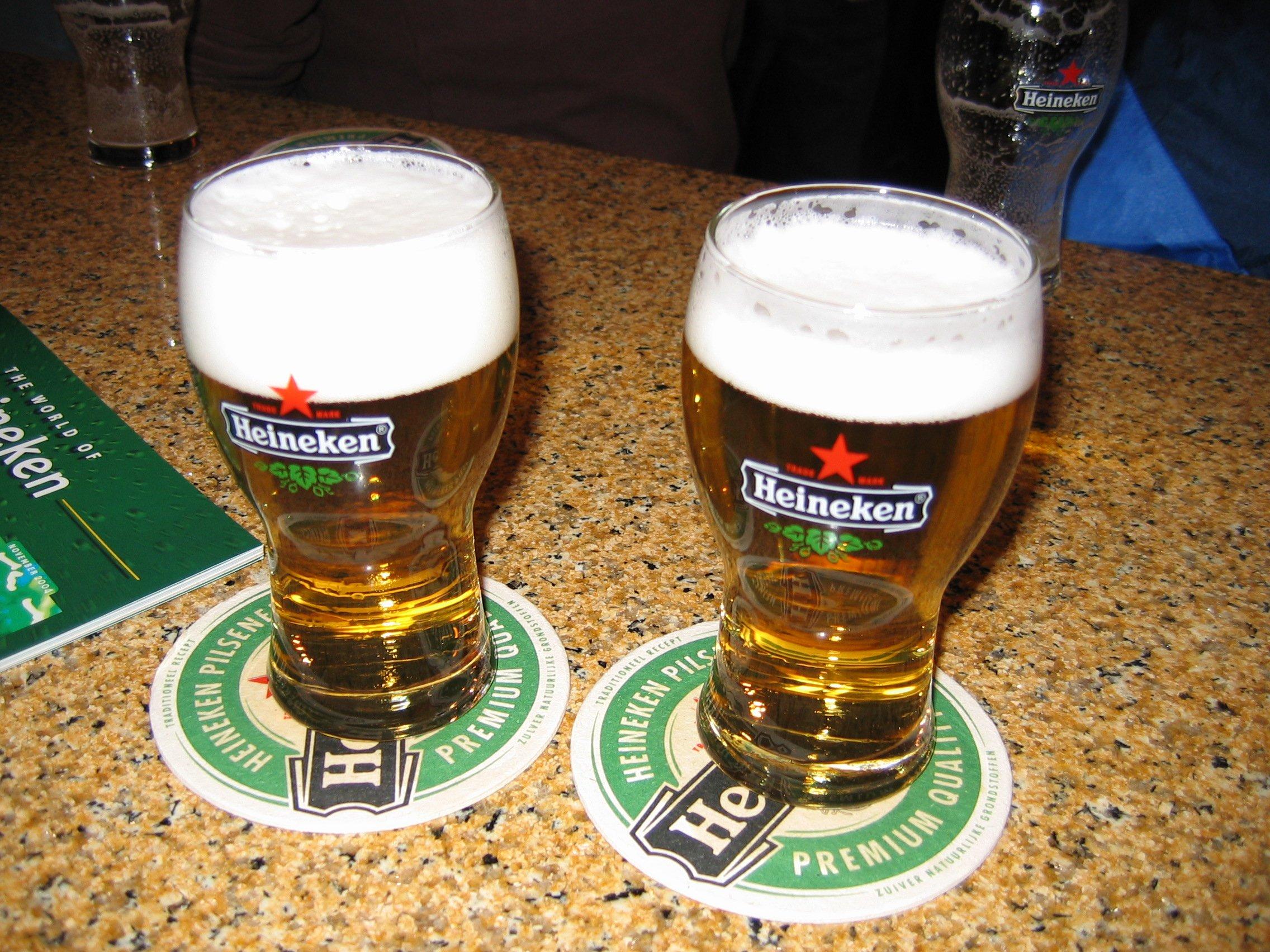 Two_glasses_of_Heineken_Pilsener