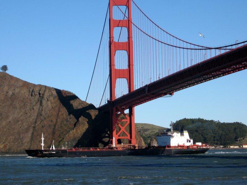 USNS_Cobb_under_san_francisco_bridge